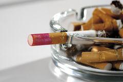 cendrier-compltement-de-cigarettes-br-les-50474661.jpg